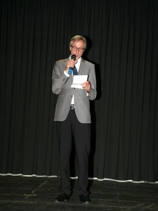 02_Begruessung-durch-Udo-Niederkrome_Schulleiter-der-Wilhelm-Busch-Realschule56163e8433f8a
